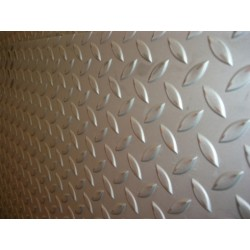 Lamiera bugnata mandorlata in fe dalle dimensioni di 125x250cm, spessore 3+2mm